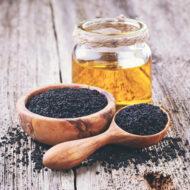 Mustköömen on imerohi, mida on kasutatud aastatuhandeid kõikvõimalike haiguste raviks. Mustköömen sisaldab rohkem kui 100 erinevat aktiivühendit, millel on immuunsust tasakaalustav, põletiku- ja vähktõve vastane toime. Seedeprobleemide kõrval on mustaköömneõli kasulik tarvitada ka viiruste perioodil, sel on nohu, köha ja bronhiiti taltsutav vägi.  Kasutamine 1-2 spl mustköömneõli enne toidukorda, tühjale kõhule, pika aja vältel.  Peale avamist hoida pudelit külmkapis!  Meie rafineerimata külmpressitud kvaliteetõli on pärit Egiptusest, klaaspudeldatud Saksamaal  Pudelis 250 ml.